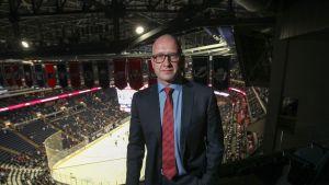 Jarmo Kekäläinen poseeraa Columbuksen kotiareenan lehterillä.