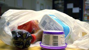 Elintarvikkeita muovipakkauksissa.