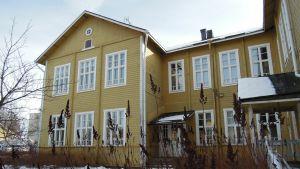 Puu-Anttilan pihaa on tarkoitus kunnostaa puutarhamaisempaan suuntaan.