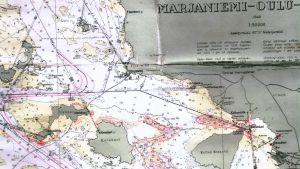 Kiviniemen meripelastusyhdistyksen merikartta, johon on merkitty jäälläliikkujille vaaran paikkoja punaisella värillä.