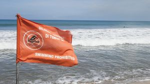 Tsunamivaroituslippu Balilla huhtikuussa 2014.