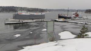SS Savonlinna ja tervahöyry Mikko Makuntamuseon laiturissa.