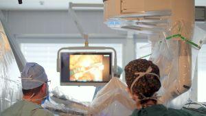 Hoitohenkilökuntaa leikkausrobotin äärellä.