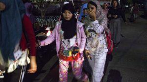 Sumatralaiset kävelevät kadulla maanjäristyksen jälkeen.