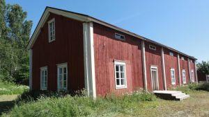 Kuvassa punainen vanha talo.
