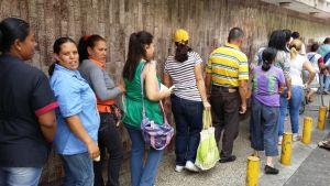 Jonottajia Venezuelassa