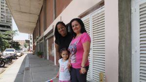 Carolina Suárez lapsenlapsensa sekä miniänsä kanssa uuden kotitalon edessä.