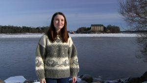 Noora Karjalainen seisomassa ulkona.