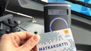 Bussimatkustaja yrittää maksaa Waltti-kortilla.