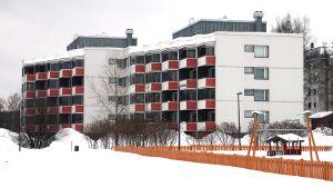 Peruskorjattu kerrostalo osoitteessa Valtakatu 41 Lainaanrannassa Rovaniemellä