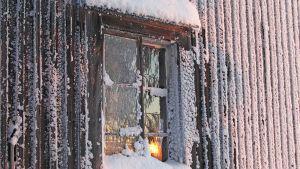 Autiotalo talvella.