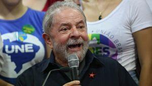 Brasilian entinen presidentti Luiz Inacio 'Lula' da Silva puhumassa korruptiotutkimukseen liittyvässä tiedotustilaisuudessa.