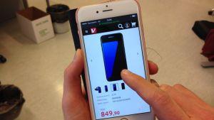sormi selaa älypuhelimen näytöllä kalliita puhelimia