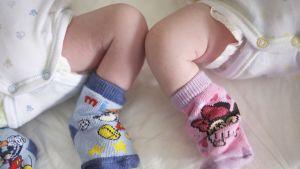Vastasyntyneiden kaksosten jalat.