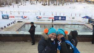 Maarit Sihvonen ja Salla Lamminpää saivat kultaa talviuinnin MM-kisoissa Siperiassa ja poseeraavat uima-altaan äärellä.