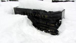 Reino Tolvasen hautakivi Lappeenrannan Lepolan hautausmaalla