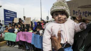 Kreikassa odottavat pakolaiset ovat epävarmoja tulevaisuudestaan. Kuva on otettu Ateenan edustalla Pireuksen satamassa 8. maaliskuuta.