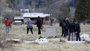 Uhrien omaiset vierailevat turman muistopaikalla. Le Vernet, maaliskuu 2015.