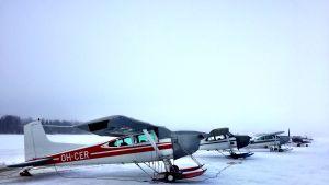 Lentokoneita Nummijärven jäällä.