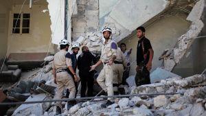 Syyrian siviilipuolustuksen jäseniä.