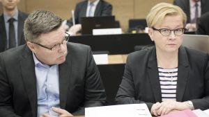 Jari Aarnio ja puolustusasianaja Riitta Leppiniemi Helsingin hovioikeudessa Trevoc-jutun valmisteluistunnossa.