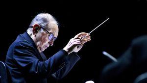 Ennio Morricone johtamassa orkesteria Amsterdamissa 21. helmikuuta 2016.