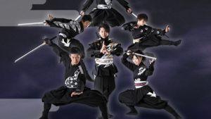 Kuusi ninjaa. Osalla miekat, osa hyppää ilmaan