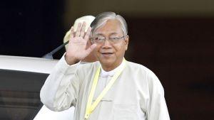 Htin Kyaw nosti käden tervehdykseen poistuessaan parlamentista presidentinvaalien jälkeen.