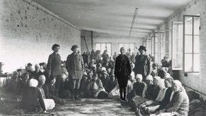 Lahdessa vangittuja naiskaartilaisia toukokuussa 1918.