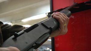 Puoliautomaattinen kivääri miehen käsissä