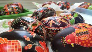 Maalattuja pääsiäismunia pöydällä.
