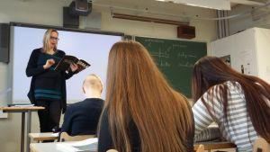 Opettaja luokan edessä