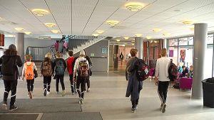 Oppilaita Kimpisen koulun ala-aulassa