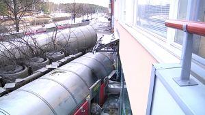 Rikkihappolastissa ollut yhdistelmäajoneuvo törmäsi talon seinään.