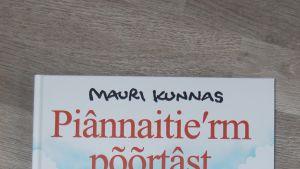 Mauri Kunnaksen Koiramäen talossa on käännetty koltansaamelle. Piânnaitieʹrm põõrtâs-niminen kirja julkaistaan 18.3.2016.