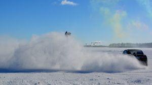 Auto jääradalla.