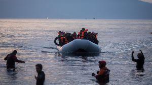Lesbokseen saapuvia turvapaikanhakijoita.