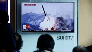 Eteläkorealaiset katselevat televisiosta pohjoisen naapurimaansa ohjuslaukaisua 18.3. 2016.