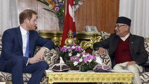 Prinssi Harry tapasi Nepalin pääministeri Khadga Prasad Sharma Olin Kathmandussa.