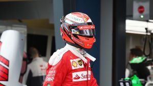 Kimi Räikkönen kävelee varikolla.
