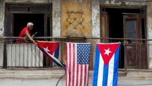 Yhdysvaltain ja Kuuban lippuja ripustettiin parvekkeille Havannassa.