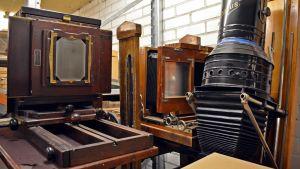Vanhoja kameroita ja suurennoskone