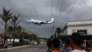 Yhdysvaltain presidentin Air Force One -lentokone lentää matalalla Havannan ylitse lähestyessään kaupungin lentokenttää.