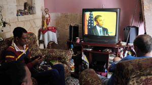 Kuubalaisperhe katselee televisiosta Obamaa.