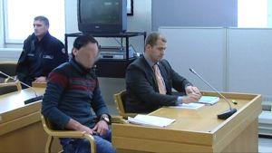 Irakilaismies ja puolustusasianajaja sotarikosoikeudenkäynnissä Hämeenlinnassa