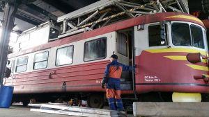 Sähköratojen huolto ja kunnostusvaunu ttv 6 siirrettiin Pohjois-Suomen Rautatieharrastajien halliin 17.3.2015
