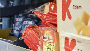 Kuvassa on hyllyllinen juustoja, kuten Polar 15, Port Salut jossa 30 prosentin alennustarra ja K-menun Edam-paketteja.