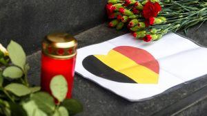 Kukkia ja kynttilöitä Belgian suurlähetyksen edustalla Berliinissä 22. maaliskuuta.