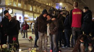 Ihmiset surevat Place de la Boursen aukiolla Brysselissä.