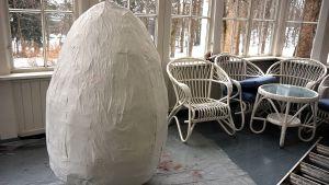 Valkoinen jättimuna lasikuistilla